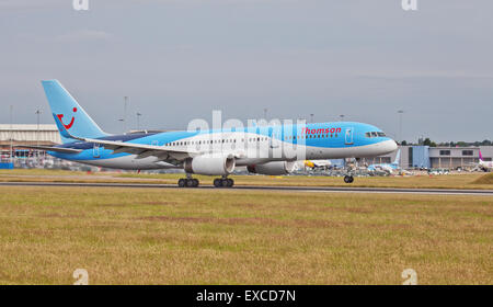 Thomson Airways Boeing 757 G-OOBD taking off from London-Luton Airport LTN - Stock Photo