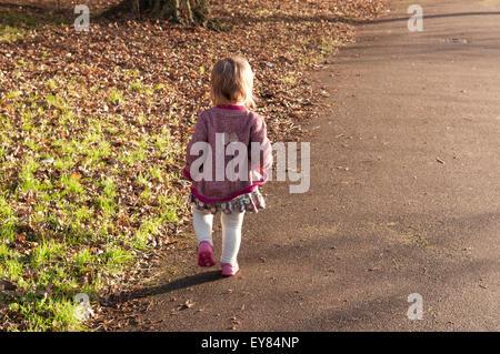 Rückansicht eines kleinen Mädchens im Park spazieren - Stockfoto
