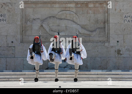 Evzones/ Tsoliades goose-stepping in front of the Unknown soldier memorial, Parliament building, Syntagma, Greece. - Stockfoto