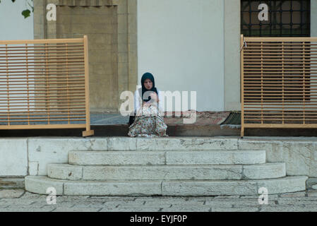 young girl in the courtyard of a mosque in Sarajevo - Stockfoto