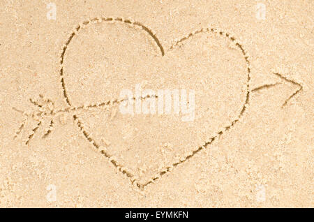 heart with arrow  drawing on sand - Stockfoto