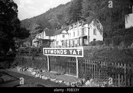 A sign for Symonds Yat, a village in the Forest of Dean, outside the Royal  Hotel - Stock Photo