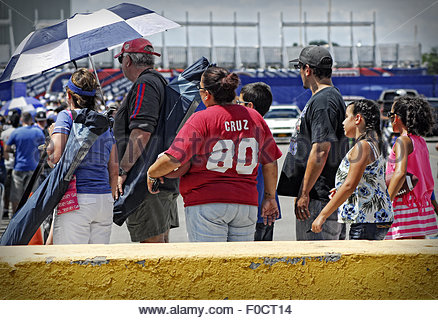 East Rutherford, United States. August 2nd, 2015. USA, New Jersey: Fans watch American football players such as - Stockfoto