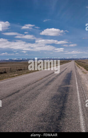 PICKUP TRUCK ON A LONELY HIGHWAY, IDAHO, USA - CIRCA 2008. - Stockfoto