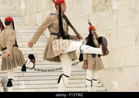 Athens, Greece, 30 May 2015. Evzones guard change in front of parliament of Greece. - Stockfoto