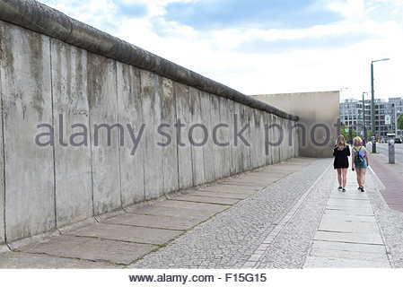 The Berlin Wall Memorial commemorative stretch of wall on Bernauer Strasse, Berlin, Germany - Stockfoto