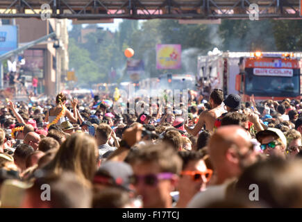 Zurich, Switzerland. 29th Aug, 2015. A million people dance and party at Zurich Streetparade while the parade of - Stock Photo