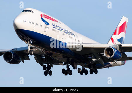 British Airways Boeing 747-400 approaches runway 27L at London Heathrow airport. - Stock Photo