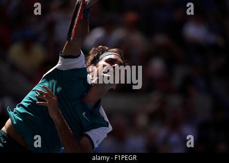 New York, USA. 5th September, 2015. Roger Federer in serving to Phllipp Kohlschreiber of Germany in the third round - Stockfoto