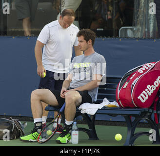 Flushing Meadow, NY, USA. 5th Sep, 2015. NEW YORK-SEPTEMBER 05: Andy Murray (GBR) warms-up prior to his 3rd round - Stockfoto