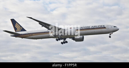 Singapore Airlines Boeing 777 9V-SWK coming into land at London Heathrow Airport LHR - Stock Photo