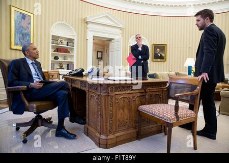 U.S. President Barack Obama meets with Chief of Staff Denis McDonough and Senior Advisor Brian Deese, right, in - Stock Photo