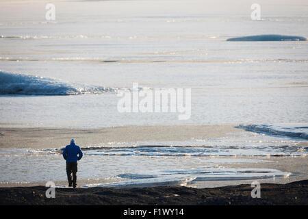 Man walking on Skaftafellsjokull glacier. Vatnajokull National Park. Iceland. - Stockfoto