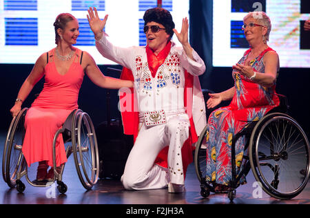 Essen, Germany. 18th Sep, 2015. Actors perform on stage during the premiere of the musical 'Grand Hotel Vegas' that - Stock Photo