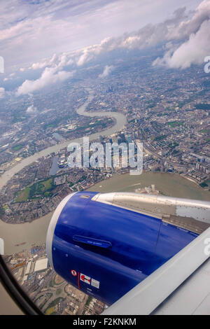 CANARY WHARF AND RIVER THAMES AND LONDON FROM THE AIR. PLANE ON FLIGHTPATH INTO HEATHROW Airport. Bends in River - Stock Photo