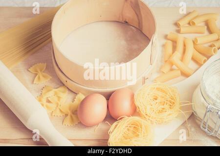 Die Paste Werkzeuge und Zutaten auf dem Tisch vorbereiten - Stockfoto