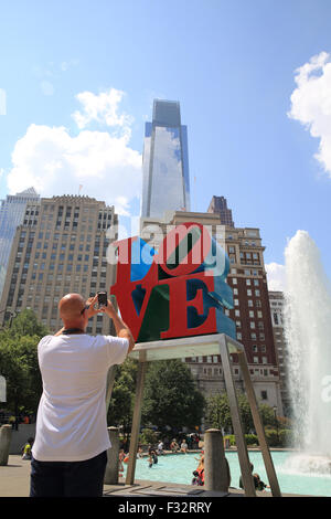 The bright red LOVE sculpture by Robert Indiana in Love Park, in Philadelphia, Pennsylvania, USA - Stockfoto