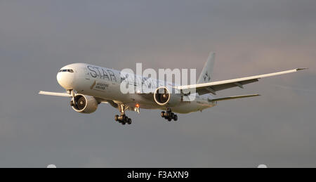 Singapore Airlines Boeing 777 9V-SWJ coming into land at London Heathrow Airport LHR - Stock Photo