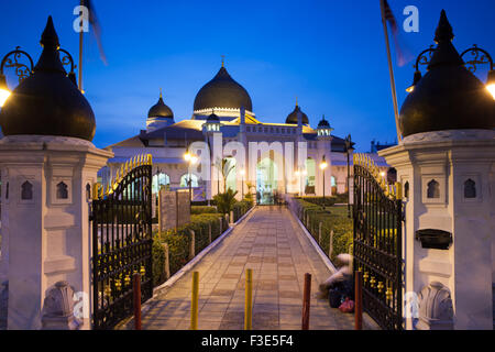 Georgetown, Malaysia — 04 August, 2014: The view of Kapitan Keling Mosque after sunset in Georgetown, Penang, Malaysia - Stock Photo