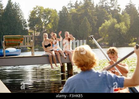 Friends rowing boat in lake, Seattle, Washington, USA - Stockfoto