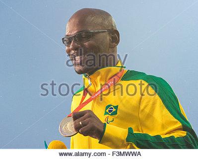 Nahaufnahme des brasilianischen Athleten zeigt seine Medaille bei den 2015 Parapan spielen. Die 2015 Parapan Panamerikanischen - Stockfoto