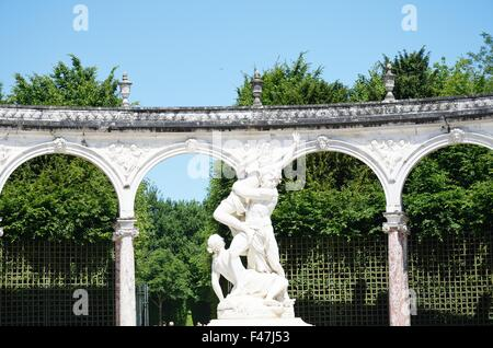 Statue in classical gardens france - Stockfoto