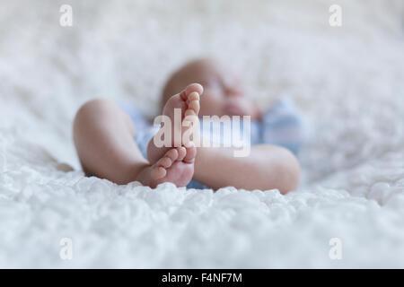 Feet of newborn baby boy - Stockfoto
