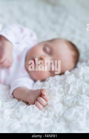 Hand of sleeping newborn baby girl - Stockfoto