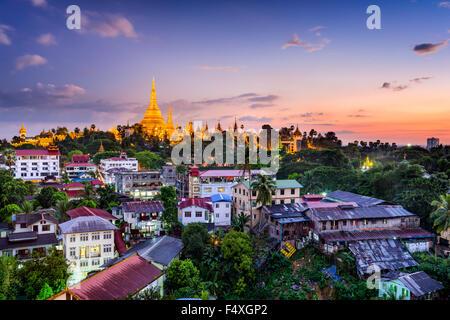 Yangon, Myanmar Skyline mit Shwedagon-Pagode. - Stockfoto