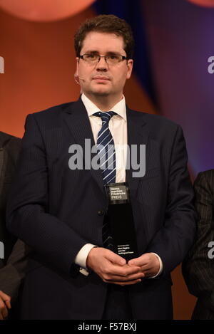 Cologne, Germany. 28th Oct, 2015. Award winner, British journalist Eliot Higgins, poses during the Hanns Joachim - Stock Photo