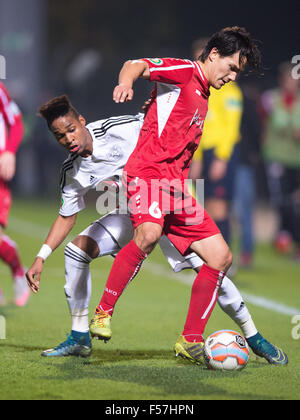 Cologne, Germany. 28th Oct, 2015. Leverkusen's Wendell (L) and Koeln's Tim Jerat vie for the ball during the DFB - Stock Photo