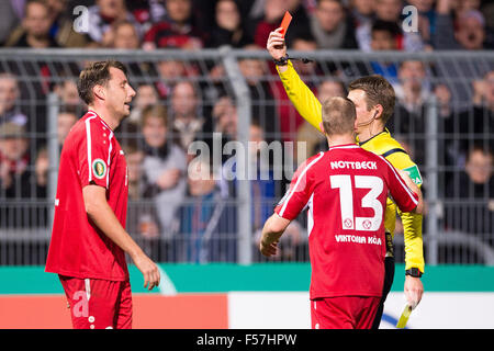 Cologne, Germany. 28th Oct, 2015. Referee Benjamin Cortus (hidden by Koeln's Lukas Nottbeck) gives Koeln's Markus - Stock Photo