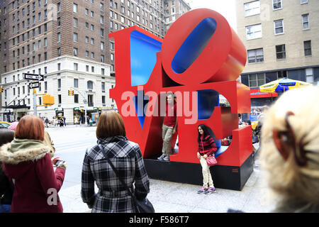 Visitors having their photos taken in front of the Love sculpture at 6th Avenue. midtown Manhattan, New York City, - Stockfoto