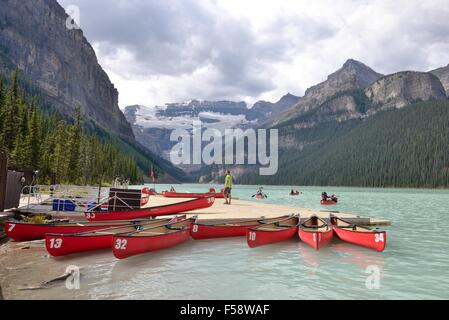 Canoes for hire at Lake Louise in Banff National Park, Alberta, Canada - Stockfoto