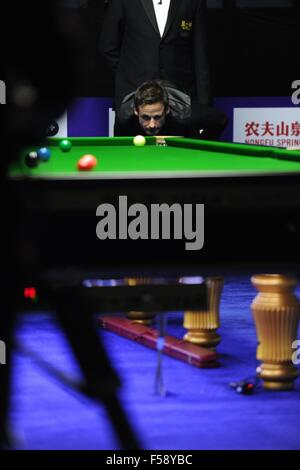 Daqing, China's Heilongjiang Province. 30th Oct, 2015. David Gilbert of England competes during the semifinal against - Stockfoto