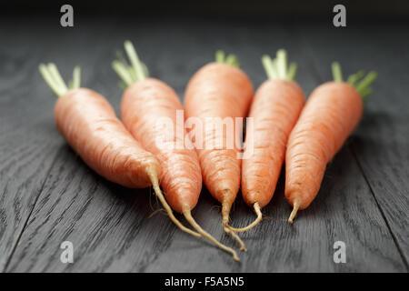 fresh carrots on old oak table - Stockfoto