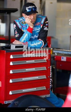 Martinsville, VA, USA. 30th Oct, 2015. Martinsville, VA - Oct 30, 2015: Aric Almirola (43) hangs out in the garage - Stockfoto