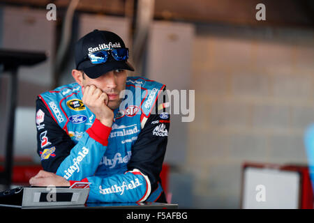 Martinsville, VA, USA. 30th Oct, 2015. Martinsville, VA - Oct 30, 2015: Aric Almirola (43) waits to practice for - Stockfoto