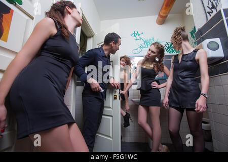 man in toilet with drunk women - Stockfoto