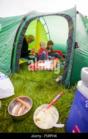 Sweden, Bohuslan, Smogen, Woman with her two children (4-5, 6-7) camping - Stockfoto