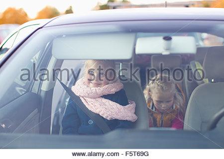 Finland, Helsinki, Girls (6-7, 8-9) in car - Stockfoto
