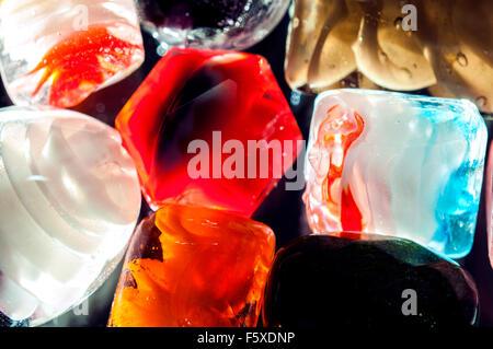 Bunte durchscheinende Glasperlen in Studioumgebung - Stockfoto