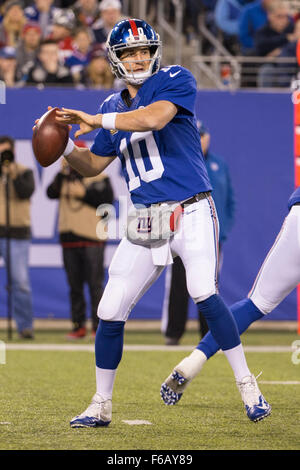 East Rutherford, New Jersey, USA. 15th Nov, 2015. New York Giants quarterback Eli Manning (10) throws the ball during - Stockfoto