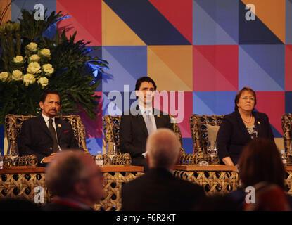 Manila, Philippines. 18th Nov, 2015. Sultan Bolkia (left) and Canada's Prime Minister Justin Trudeau (center) during - Stock Photo