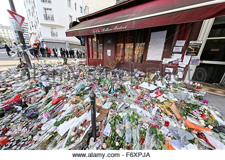 Paris, France. novembre 21st, 2015. FRANCE, Paris: A mountain of flowers are offered to mourn the victims of the - Stock Photo