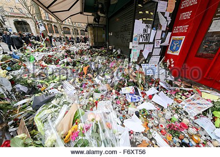 Paris, France. novembre 21st, 2015. FRANCE, Paris: Flowers and candles are shown near La belle Equipe cafe on November - Stock Photo