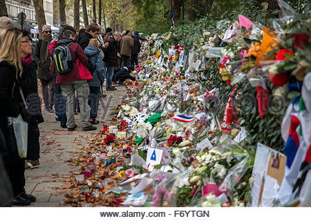 Paris, France. November 21st, 2015. FRANCE, Paris: Flowers in tribute to November 13 attacks victims are seen near - Stock Photo