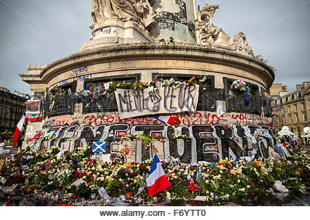 Paris, France. November 21st, 2015. FRANCE, Paris: Flowers in tribute to November 13 attacks victims are seen at - Stock Photo
