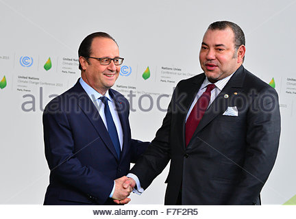 Le Bourget, France. novembre 30th, 2015. FRANCE, Le Bourget : Morocco's king Mohammed VI (R) shakes hands with France's - Stock Photo