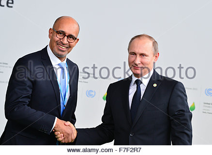 Le Bourget, France. novembre 30th, 2015. FRANCE, Le Bourget : Russia's President Vladimir Putin (R) shakes hands - Stock Photo